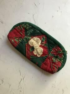 ハンドメイド パッチワーク ポーチ 中央薔薇柄 自宅保管品 クリスマス柄 ファスナー部分擦れあり 横約20㎝×縦約10㎝×まち約2.5㎝