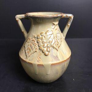 [Q304] 在銘 耳付花瓶 葡萄紋 花生 花入 高さ約23cm 一輪挿し 花器 花道具 飾り壺 陶器 美術陶器