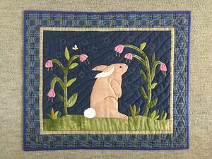 パッチワークキルト のタペストリー 夢見るウサギ
