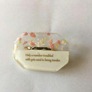 ハンドメイド 小花柄のレジンブローチ