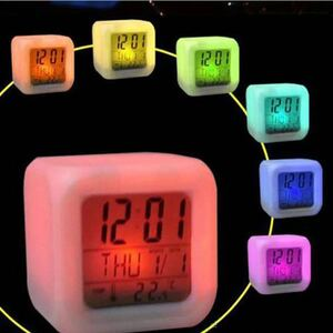 卓上目覚まし時計 7色カラーチェンジ 温度計 アラーム デジタル 限定1個のみ 早い者勝ち!キューブ型 置き時計 イルミネーション カラフル
