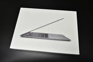 Apple MacBook Pro 13 дюйм  A2289 2020    оригинальная коробка  только   бывший в употреблении товар    9-4  небо  коробка     макияж  коробка     пространство  Серый