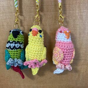 刺しゅう糸で編んだ編みぐるみストラップのインコ3種、セキセイインコ.アキクサインコ.ウロコインコ