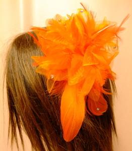 ヘアーアクセサリー【オレンジ-yoダンス衣装 キラキラストーンつき 大人気 羽根フェザー ヘッドドレス コサージュ 髪飾り 6785