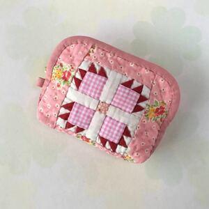 パッチワークキルトのポーチ(ベアーズポー・ピンク色)
