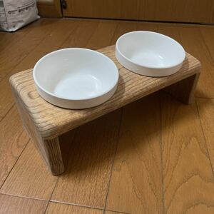ハンドメイド 木製餌台 、フードテーブル、餌入れ、食器台、猫、子犬用 2穴、