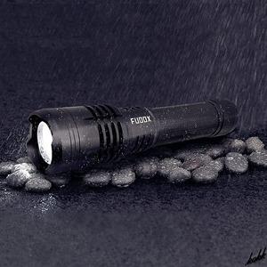 【超輝度ハンディライト】 LED 懐中電灯 最大輝度6800ルーメン バッテリー5000mAh 5つの照明モード USB入出力 完全防水 ズーム機能