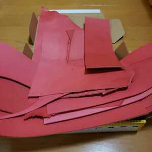 ヌメ革 革 レッド ピンクに近い ハギレ レザークラフト ハンドメイド材料 小物