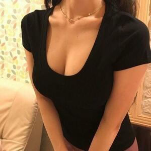 大人気!匿名配送!胸元ざっくりUネックシャツ