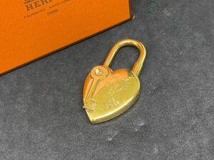 ◆Y3802 HERMES エルメス ロゴ ファンタジー ハート型 2004 カデナ 南京錠 チャーム ゴールドカラー 良品