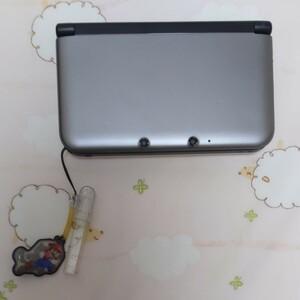 ニンテンドー3DS LLシルバー×ブラック マリオクリーナーストラップ(マリオのタッチペンは無し)、SDカード8GB付き