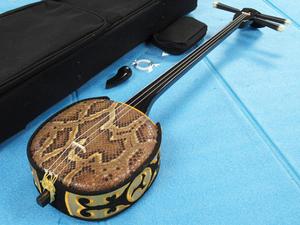 沖縄三線 真壁型 両側本蛇皮張り 蛇皮 本皮 黒檀 和楽器 管理R101D