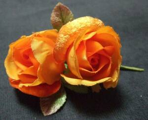 オレンジ色 2つのバラのかわいいコサージュ(花/薔薇/ばら)