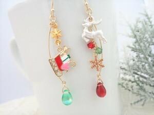 クリスマス*トナカイとプレゼントを積んだソリのピアス/イヤリングに変更可*雪の結晶 チェコドロップ