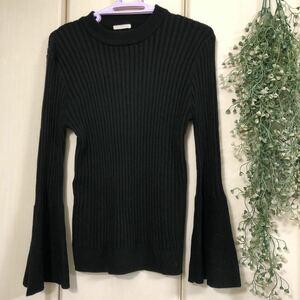 ブラックニットセーター