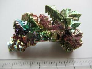 ビスマス人造結晶・構造物 薄い赤紫色基調の虹色 23g  イギリス