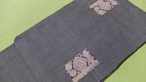 大島紬 墨黒にグレーの蚊絣、長方形のモチーフに六角形の柄