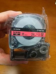 送料無料【即決】赤色 24mm 黒文字 SC24R テプラカートリッジ テプラテープ 4971660764402