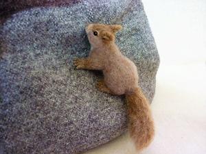 ハンドメイド 羊毛フェルト ブローチ りす 二ホンリス 頬袋 立体 しがみつき 木登り 秋