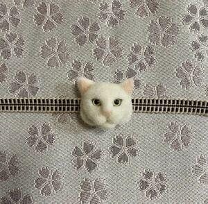 羊毛フェルト 猫帯留め 白猫 ハンドメイド