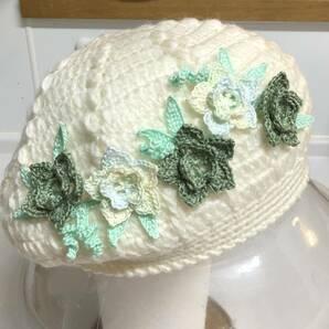 最新ホワイト色ハンドメイド手編みベレー帽子(緑色レ一ス糸お花仕上げ)