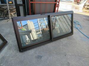 100609三協アルミサッシマディオ網戸ペアガラス樹脂付き 引き違い腰窓 2020年製 ガレージ車庫倉庫事務所に西2