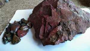 赤い錦石原石と小さな錦石300