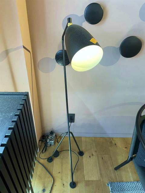 3‐2 展示品|デンマーク製GUBI|Grashoppaフロアランプ 黒|22万円 ライト 照明 デザイナーズ グラスホッパー