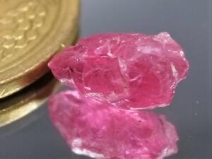 2.20ct 天然レッドピンクスピネル原石 ミャンマー産 ブラックライトで真っ赤に変色します。