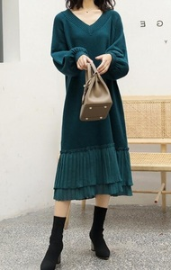 裾プリーツがかわいい★新品☆フリーサイズ★Vネックセーターニットワンピ膝丈くらい青っぽい