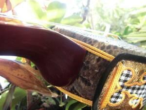 (送料無料)、 29.980円 鮮やか葡萄色沖縄三線蛇皮強化張と木製台セット