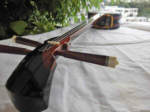 更にお安くしました(送料無料)、49.980円 紫檀沖縄三線蛇皮強化張とセミハードケース、調弦チューナーセット
