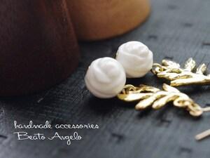 ☆彡+angelo+天然石ホワイトシェルの薔薇とリーフのピアス(p-009)G チタン 樹脂 イヤリング 大人可愛い シンプル