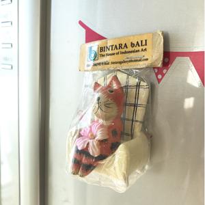 ■ソファに座ったネコのマグネット木製★冷蔵庫に!かわいい人気トラ猫ねこ★新品アジアン雑貨■