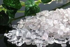 【送料無料】 200g さざれ 小サイズ ミルキー クオーツ 乳白 水晶 パワーストーン 天然石 ブレスレット 浄化用 さざれ石 チップ ※1