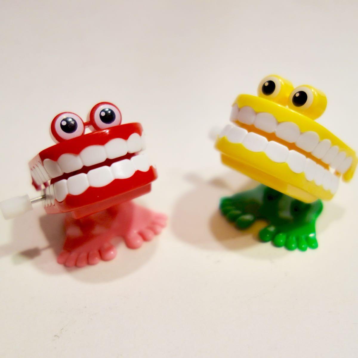 目付きの口のピョコピョコ人形 ぜんまい仕掛け 2個セット レッドとイエロー2個セット トコトコ ワインドアップ ゼンマイ トイ TOY 玩具