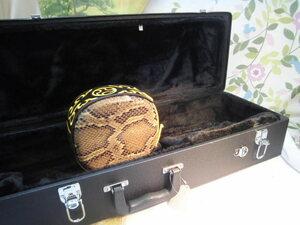 (送料無料 )18.980円  沖縄三線専用二丁入ふかふかハードケースとチーガ蛇皮強化(二重張型セット)
