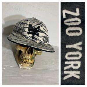 ZOO YORK ズーヨーク FLEXFIT 立体刺繍 ロゴ × 包帯 マミー ミイラ パスヘッド ? 柄 ベースボールキャップ 野球帽 帽子 白 × 黒 F