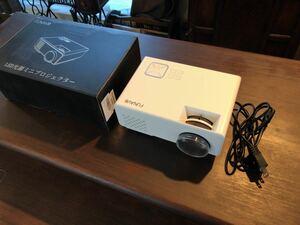 【美品】 FUNAVO LED プロジェクター 1800ルーメン USB/HDMI/AV/VGA 1080P フルHD対応 150インチ対応 内蔵スピーカー ホームシアター 白