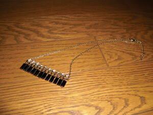 ネックレス (花と黒鍵のモチーフ)   ビーズアクセサリー・ペンダント・小物雑貨