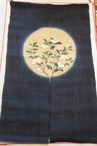 新品『羅工房』濃紺色地手描お茶の花模様のれん[E11324]