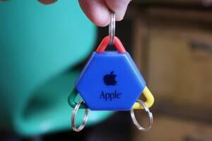 レア!! Apple Computer アップル コンピューター ロゴ入り トライアングル キーチェーン キーホルダー 非売品 ノベルティー レインボー