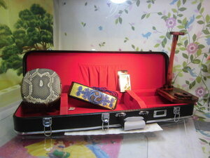 (送料無料)19.980円 沖縄三線専用ハードケース、蛇皮強化(二重張)型チーガ、調弦チューナー、胴巻き、三線台木製セット