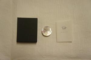 新品白蝶貝『富士山とお日様模様』帯留化粧箱入[E11816]
