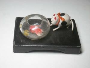 興味しんしん ネコと金魚鉢の中の金魚 ねこ 猫 小さな ネコ さん 人形