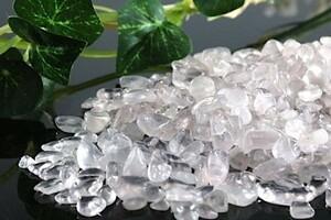 【送料無料】 200g さざれ 小サイズ ミルキー クオーツ 乳白 水晶 パワーストーン 天然石 ブレスレット 浄化用 さざれ石 チップ ※5