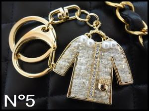 残り1点限り!■NO5■ツイードジャケット型バッグチャーム白/キーホルダー新品/キーリング/車 鍵 可愛い おしゃれ ノベルティ ゴールド